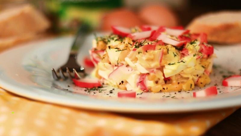 Салат с крабовыми палочками и с сухариками рецепт с очень вкусный