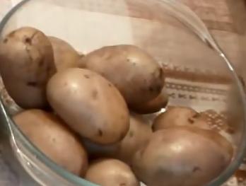 Запечь целую курочку с картофелем в духовке