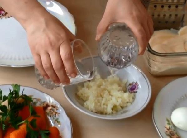 marinuyem-luk-dlya-mimozy