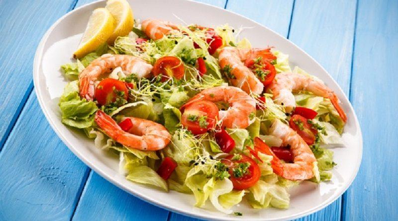 salat-cezar-s-krevetkami-klassicheskij