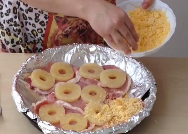 myaso-po-francuzski-v-duxovke-s-ananasom