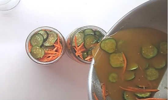 razlit-salat-po-bankam