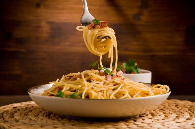 pasta-karbonara-v-slivochnom-souse-s-bekonom-i-slivkami