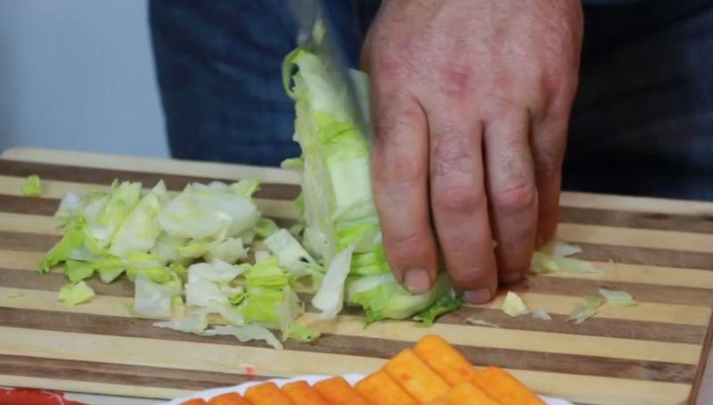 нарезать салат айсберг