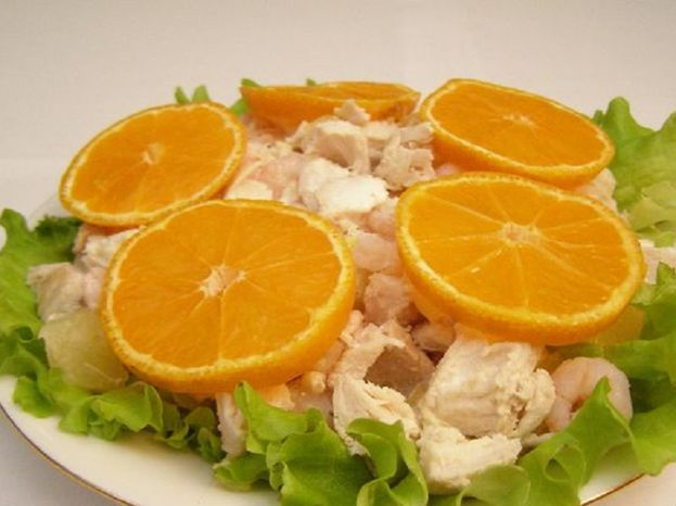 Салат с креветками, апельсином и ананасом