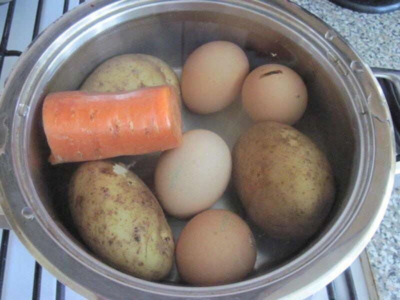отвариваем овощи с яйцами