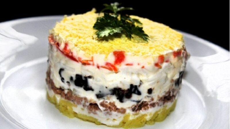 Необычный салат из печени с черносливом