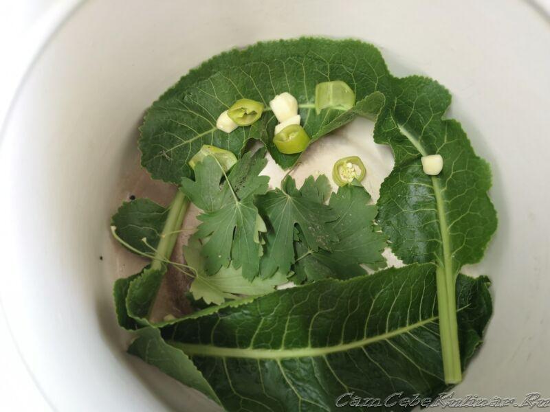 добавить в огурцы листики смородины