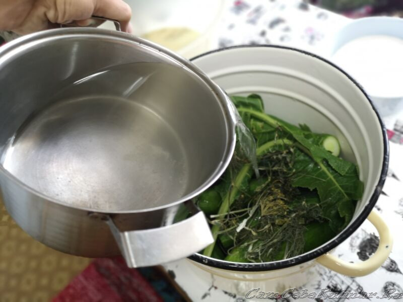 рассолом залить огурцы в кастрюле