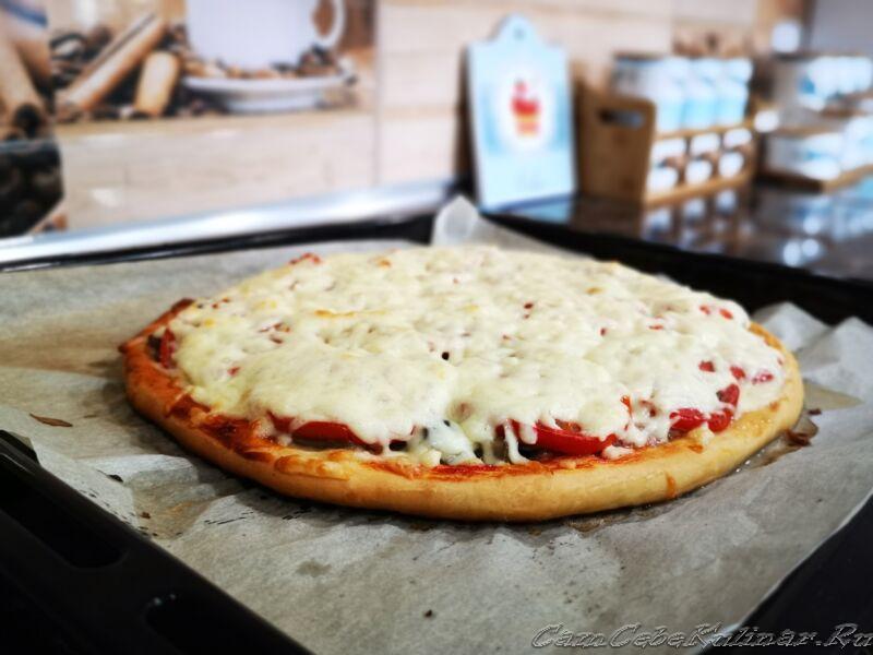 готовая пицца с сыром и помидорами