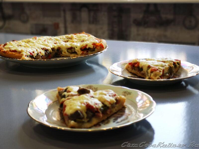 Пицца с колбасой и сыром по-домашнему