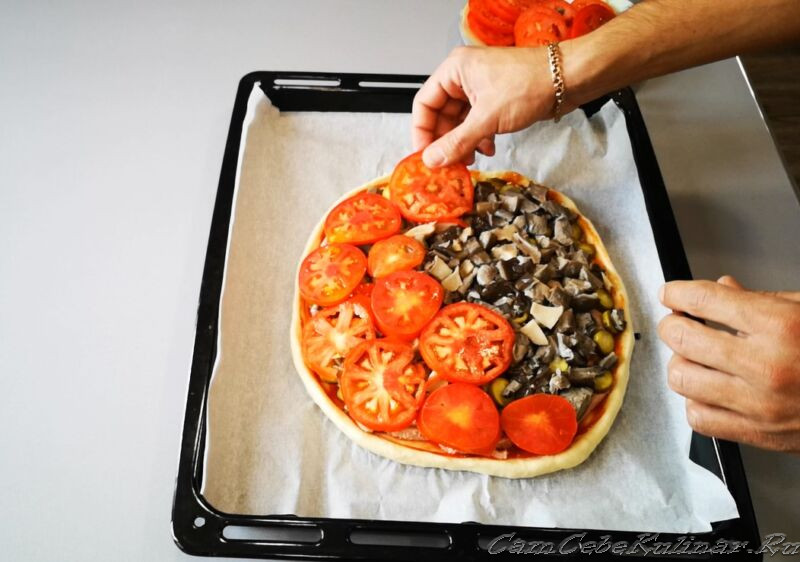 помидорами покрыть пиццу