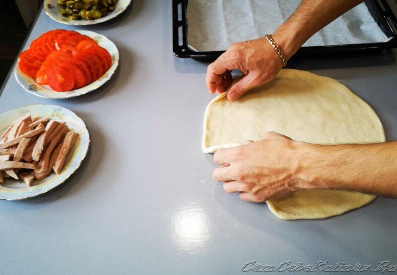 раскатать пласт из теста для пиццы